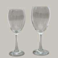 כוסות יין ושתיה על רגל